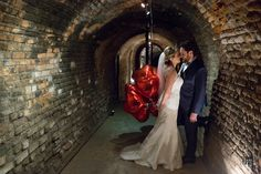 O Marcelo (noivo) fez uma surpresa para a Suzana (noiva), no casamento pode entrar com um bouquet de balões de coração que ficou a coisa mais linda e gerou lindas fotos. A Balão Cultura amou poder participar desse momento lindo.  Crédito: Balões: Balão Cultura (www.balaocultura.com.br) Assessora de casamento: Karina Montoro Fotos: Edu Federice #casadascaldeiras #balãocultura #karinamontoro #casamento  #dayweeding #weeding #casamento #diadocasamento #casamentocombalões #casamentosdiferentes