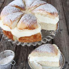 What's better than a Swedish cream bun? A Swedish cream bun cake, of course! Swedish Recipes, Sweet Recipes, Cake Recipes, Dessert Recipes, Scandinavian Recipes, Swedish Foods, Dessert Bread, Easter Recipes, Delicious Desserts