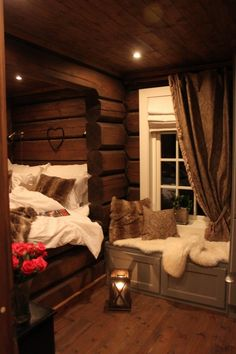 5 Celebrities Awesome Cabin In The Woods - Modern Survival Living Cozy Cabin, Cozy House, Log Home Decorating, Cabin Interiors, Cabins And Cottages, Cabins In The Woods, Cozy Bedroom, Log Homes, Apartment Therapy
