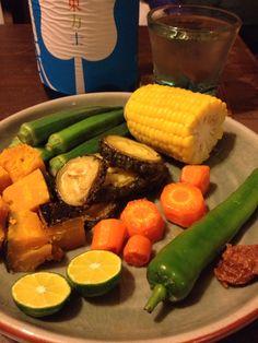 夏野菜で日本酒飲みましたよ! 苦瓜はワタもタネもそのまま素揚げ。インド人に教わりました。(そのインド人はイボイボはそぎ落としちゃうんだけどね。)