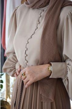 Old Fashion Dresses, Modern Hijab Fashion, Street Hijab Fashion, Modesty Fashion, Muslim Fashion, Colorful Fashion, Skirt Fashion, Fashion Outfits, Abaya Fashion