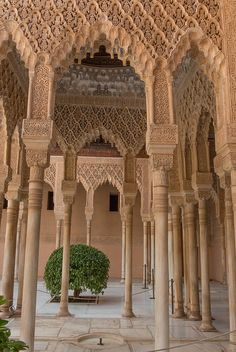 Patio de los Leones, Palacio de la Alhambra de Granada. Las delgadas columnas soportan ARCOS PERALTADOS (lo que en la altura de un arco o una estructura excede al semicírculo; levantar la curva de una estructura más de lo que corresponde al semicírculo) de formas singularmente complejas