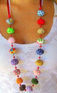 Colar feito com bolinhas de tecido coloridas. Medida aproximada: 50cm de comprimento R$ 32,00