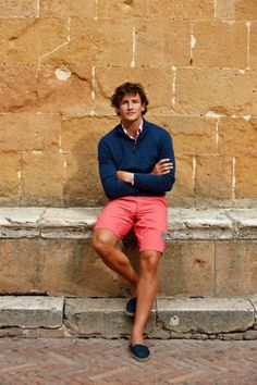 If you're a fan of off-duty combos, then you'll love this combination of a navy zip neck sweater and hot pink shorts. Complete your getup with navy canvas espadrilles to pull the whole outfit together. Preppy Mens Fashion, Mens Fashion Blog, Men's Fashion, Hot Pink Shorts, Coral Shorts, Red Shorts, Nantucket Red, Estilo Preppy, Preppy Boys
