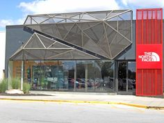 This North Face store features a multidimensional facade of McNICHOLS® Expanded Metal. Best Exterior House Paint, Exterior House Siding, Exterior Cladding, Building Exterior, Building Facade, Exterior House Colors, Facade House, Restaurant Exterior Design, Retail Facade