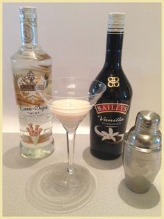 Cocktail Recipes Featuring Baileys Vanilla Cinnamon Irish Creme try w sailor jerry and not. Or with cinnamon schnapps and and vanilla vodka Baileys Vanilla Cinnamon, Cinnamon Drink, Cinnamon Recipes, Vanilla Vodka Drinks, Baileys Cocktails, Fancy Drinks, Yummy Drinks, Baileys Recipes, Recipes