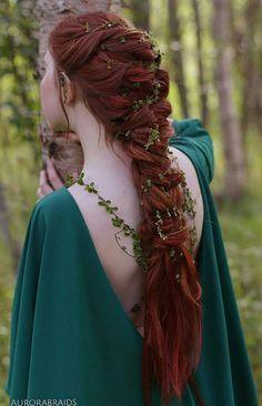 Elvish Braided Hairstyle. (Die Schulterranken aus Draht und Lack als Armreife, Krone und Kette?)