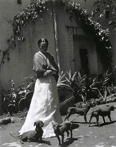 Frida Kahlo et ses chiens, Mexico City, 1948 (Gisèle Freund)