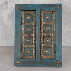 I love the colour of this cabinet!