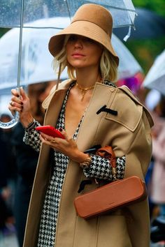 Street Style Paris: fashion ideas to steal from stylish girls at Fashion Week - Elle - Street Style Paris: fashion ideas to steal from stylish girls at Fashion Week – Elle bucket hat La Fashion Week, Rainy Day Fashion, Look Fashion, Timeless Fashion, Winter Fashion, Elle Fashion, Fashion Beauty, Classic Fashion, Looks Street Style