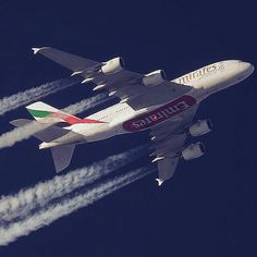 Contrails on full ! Emirates A380, Emirates Airline, Boeing 727, Airbus A380, Bmw Wallpapers, Airplane Photography, Major Airlines, Passenger Aircraft, Aviation Industry