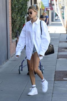 Hailey Bieber Street Style in a Oversized White Shirt Out And About in Los Angeles, Autumn Winter Oversized Shirt Outfit, White Shirt Outfits, Cute Casual Outfits, Oversized Clothing, Oversized White Shirt, Denim And White Outfit, White Shirt Dresses, Blue Denim, White Outfits For Women