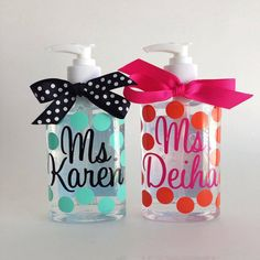SET OF 2 personalized polka dot hand sanitizer 8 by Maggiebelles Teacher Gift Baskets, Teacher Gifts, Resin Uses, Best Stocking Stuffers, Diy Bottle, Gift Bows, Summer Crafts, Cute Crafts, Creative Gifts