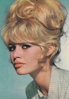 Bardot likely comes to mind. One part style icon, one part sex symbol, Bardot set the standard for top-notch personal style in the and with her Pelo Retro, Pelo Vintage, Vintage Bangs, Beehive Hair, Retro Hairstyles, Wedding Hairstyles, Short Hairstyles, French Actress, Grunge Hair