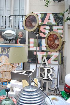 lamparas antiguas de barco, les han agregado tripode de la tienda TRAPICHERO en Bilbao.
