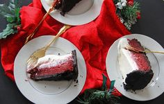 A classic Mississippi Mud Pie gets a holiday twist by adding delicious and vibrant red velvet flavor! This is truly a showstopper for your Christmas dinner. Just Desserts, Delicious Desserts, Dessert Recipes, Yummy Food, Red Velvet Pie Recipe, Yummy Things To Bake, Mississippi Mud Pie, Holiday Pies, Chocolate Pies