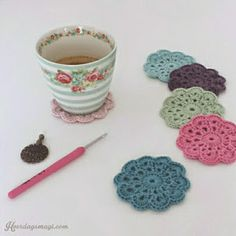 HVERDAGSMAGI: GLASSBRIKKER MED SØT OPPBEVARINGSBOKS Coasters, Crochet Necklace, Floral, Flowers, Charts, Gift, Corning Glass, Graphics, Coaster