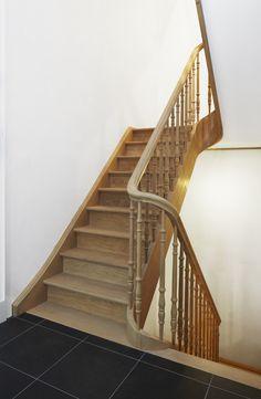 Eiken trap met gedraaide balusters Wooden Staircases, Stairways, Victorian Terrace Hallway, Stair Case, Stair Railing, Building Design, Interior Inspiration, Minimalism, Sweet Home