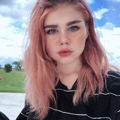 New hair color 🌑 Hair dye from in the color 'Transylvania' 🖤 Dye My Hair, New Hair, Hair Inspo, Hair Inspiration, Grunge Hair, Pink Hair, Pretty Hairstyles, Hair Goals, Pretty People
