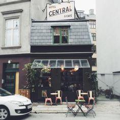 Ich bin zurück aus Kopenhagen! Geflasht von einer wunderschönen Stadt, mit  tollen Läden, schönen Menschen und toller Architektur. Oh man und die  Freundlichkeit der Menschen, unglaublich! Unsere Reise startet  Dienstagmorgen um 5 Uhr, denn Easy Jet fliegt ja bekanntlich nur ab  Schönefeld. Ja, die Verbindung Wedding-Flughafen war das längste Stück der  Reise. 45 Minuten Flug, 15 Minuten zum Hauptbahnhof Kopenhagen und das  Hotel direkt vor der Tür, im neu-trendigen Bahnhofsviertel…