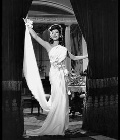 Loretta Young, 1941 The Glam Guide: Old Hollywood Glamour Gowns for Fall Part II Hollywood Fashion, Vintage Hollywood, Hollywood Stars, Old Hollywood Glamour, 1940s Fashion, Classic Hollywood, Vintage Fashion, Hollywood Actresses, Hollywood Gowns