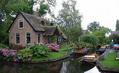 Giethoorn è il villaggio dove gli unici mezzi consentiti per gli spostamenti sono le piccole imbarcazioni che si muovono lungo i canali che lo attraversano