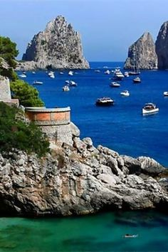 Turismo in Italia: nuove tecnologie e centri poco noti Places Around The World, Oh The Places You'll Go, Places To Travel, Places To Visit, Capri Italia, Dream Vacations, Vacation Spots, Italy Travel, Italy Tourism