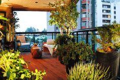 Na varanda desenvolvida pela arquiteta Beatriz Quinelato, o espaço economizado pelas plantas foi aproveitado pelo sofá. Informações: (11) 2361-9198 Foto: Beatriz Quinelato Arquitetura