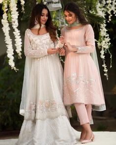 Indian dresses idea Source by tavneett ideas indian Pakistani Fashion Party Wear, Pakistani Wedding Outfits, Pakistani Wedding Dresses, Punjabi Wedding, Dress Indian Style, Indian Dresses, Indian Outfits, Simple Pakistani Dresses, Pakistani Dress Design