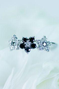 ブラックとホワイトのダイヤモンドのリング。可愛さとエレガントさは大人の女性のアピールどころです。 Sapphire, Rings, Jewelry, Jewlery, Jewerly, Ring, Schmuck, Jewelry Rings, Jewels