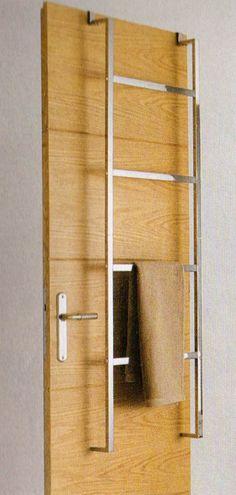 gain de place très design, cette échelle en métal chrome sert de porte serviettes on l'accroche au mur ou on la suspend à la porte H 145 x larg 50cm form ultim castorama vu dans maison & travaux n°233 juin 2011