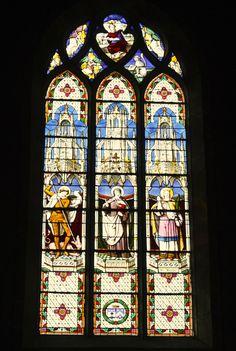Katholische Pfarrkirche Saint-Pierre in Limours, Essonne (Île de France), Fenster des Querhauses, hl. Georg, hl. Theresia, hl. Barbara