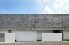 名古屋の閑静な住宅地に鉄筋コンクリート構造の家が建てられた。シンプルな印象を与える外観はコンクリート建築特有の美しいさを…