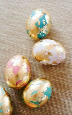 Tutorial of Gold Marbleized Easter Eggs, DIY Easter Egg Tutorial, Holiday Craft Ideas #2014 #easter #eggs www.foodideasrecipes.com