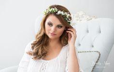 EINE BLÜTENPRACHT FÜR BRÄUTE UND FEEN: Blumen als Haaraccessoires - Traumhafter Haarkranz aus Schleierkraut, Beerchen und filigranen Zweigen. Hinten offen, wird mit einem langen Satinband zusammengebunden, die Weite ist dadurch flexibel. Perfekt für eine Romantische-Hochzeit, im Sonnenschein, bei Festen openair, Oktoberfest, Fotoshooting und hübsch für viele romantische Anlässe. -Farbe: weiß, grün -Draht: braun-Größe: Kopfumfang von ca. 52cm bis ca. 63cm -Materialien: Stoffblumen…