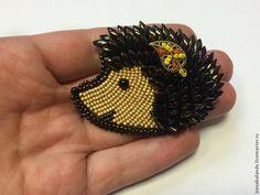 Предлагаю вам мастер-класс по созданию броши - очаровательного ёжика. Итак, начнём! Необходимые материалы: - фетр - кожа - бусины Miyuki Long Magatama 10г коричневого цвета - бисер Toho 11/0 коричневого цвета - бисер Toho 15/0 коричневого, золотистого-матового, жёлтого, оранжевого цветов - одна капля Miyuki Drops чёрного цвета - для носика - одна бусина чёрного цвета 4мм - для глазика - один…