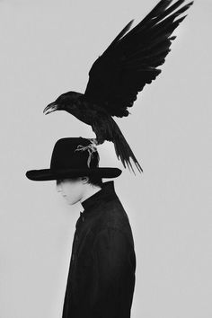 Crow on a hat. Black and white photography. Cat Diary, Crows Ravens, Belle Photo, Ravenclaw, Black And White Photography, Character Inspiration, Monochrome, Art Photography, Portraits