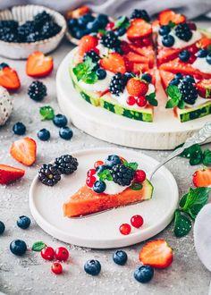 Watermelon Pizza with yogurt and berries Watermelon Fruit Pizza, Easy Fruit Pizza, Dairy Free Yogurt, Vegan Yogurt, Summer Dessert Recipes, No Calorie Snacks, Fruit Snacks, Summer Treats, Smoothie Recipes
