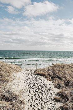 The Best Honeymoon Spots To Inspire You ★ best honeymoon spots nantucket island massachusetts view at the beach ocean Nantucket Style Homes, Nantucket Beach, Nantucket Cottage, Nantucket Island, Seaside, Best Honeymoon Spots, Top Honeymoon Destinations, Massachusetts, Cancun Hotels