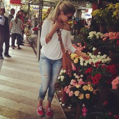 Agus comprando flores