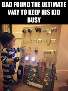 Genius parenting hack—busy board to entertain your toddler Parenting Memes, Kids And Parenting, Peaceful Parenting, Gentle Parenting, Parenting Advice, Baby Kind, Baby Love, Infant Activities, Activities For Kids