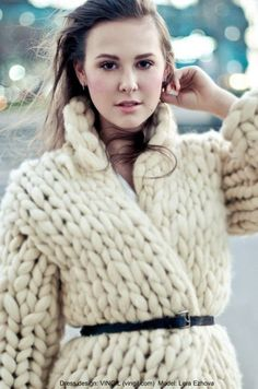 VINGIL fashion laboratory knitted coat--knit from roving? Giant Knitting, Knitting Yarn, Knitting Patterns, Knitwear Fashion, Knit Fashion, Only Cardigan, Chunky Cardigan, Big Knits, Knitted Coat