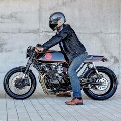 Super cool Honda ready for a ride. Nice picture taken from Tag on your photos to be featured . Cafe Racer Bikes, Cafe Racer Motorcycle, Old School Chopper, Scrambler, Bobber, Motorbikes, Cool Pictures, Honda, Motorcycles