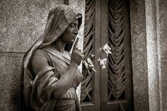 Silenzio per favore   by Niklas Rosenberg   Cimitero Monumentale di Milano