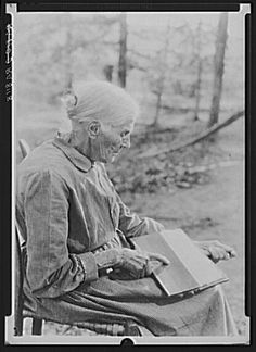 Woman carding. Cumberland Homesteads. Crossville, Tennessee