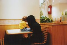 Olivia Arthur SAUDI ARABIA. Jeddah. A mother and child wait for the rest of the family to come in the popular fast food restaurant Al Baik. 2009