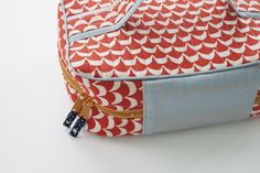 handmade style makeup travel case sewn by carolyn friedlander Makeup Travel Case, Sewing Projects, Sewing Ideas, Bag Organization, Zipper Bags, Pouches, Purses And Bags, Dopp Kit, Train Case