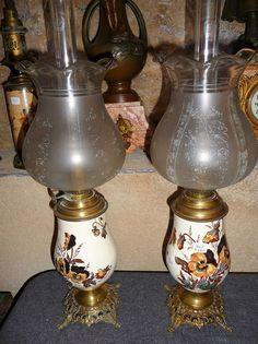 ancienne paire de lampes à pétrole Napoleon III en porcelaine et bronze globes