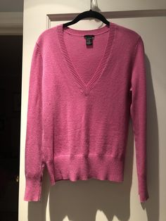 Theory Cashmere V-neck Sweater. Free shipping and guaranteed authenticity on Theory Cashmere V-neck SweaterHot pink Theory 100% cashmere v-neck sweater in ex...
