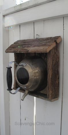 Teakettle birdhouse with reclaimed wood. I was going to toss the old fence boards, but now I know what I'll be doing with them. Garden Crafts, Garden Projects, Wood Projects, Homemade Bird Houses, Bird Houses Diy, Teapot Birdhouse, Old Fence Boards, Birdhouse Designs, Bird House Kits